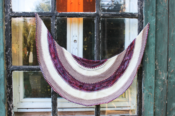 Phoebe shawl knitting pattern by Julia Riede