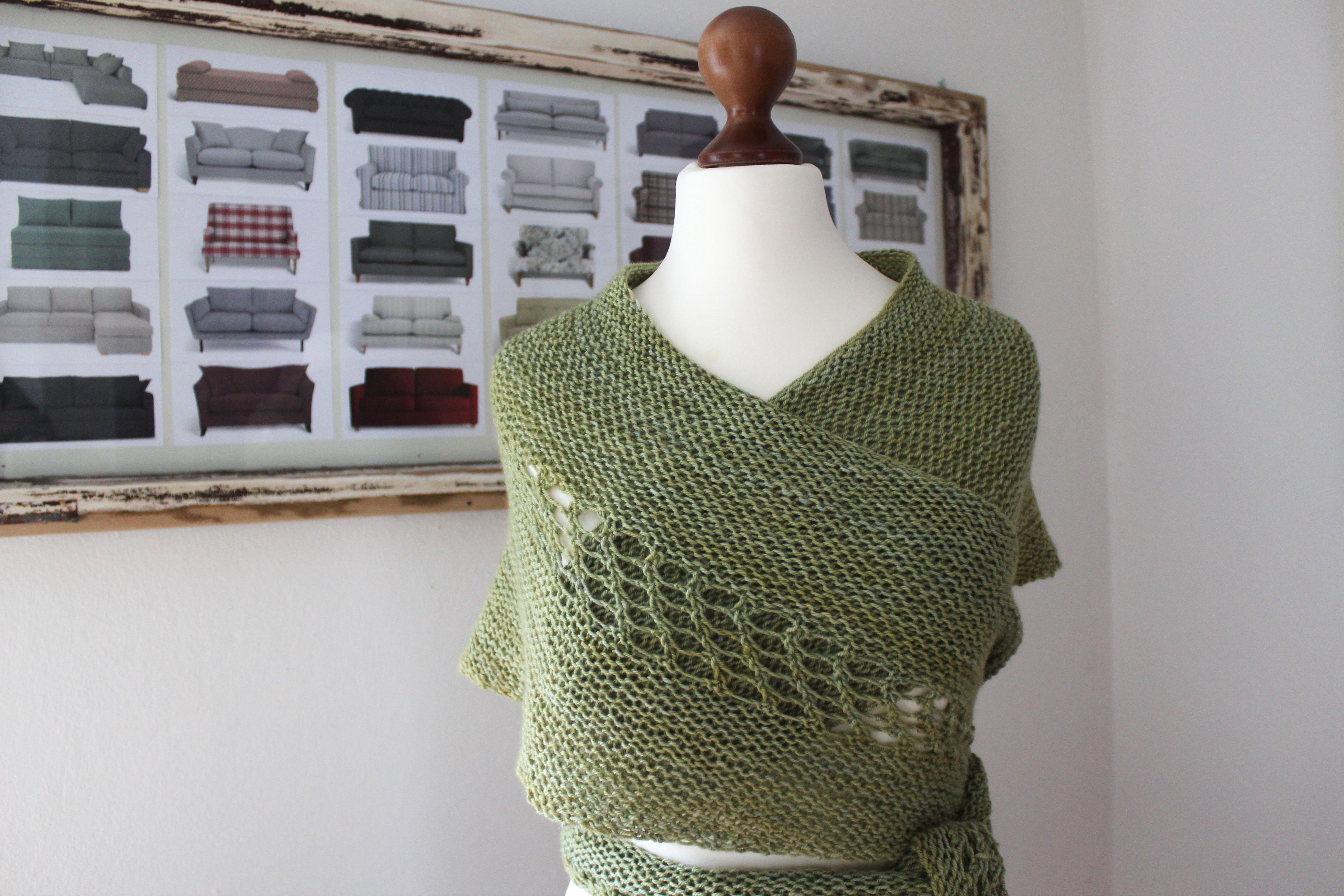 Wollness Crescent shawl knitting pattern by Julia Riede